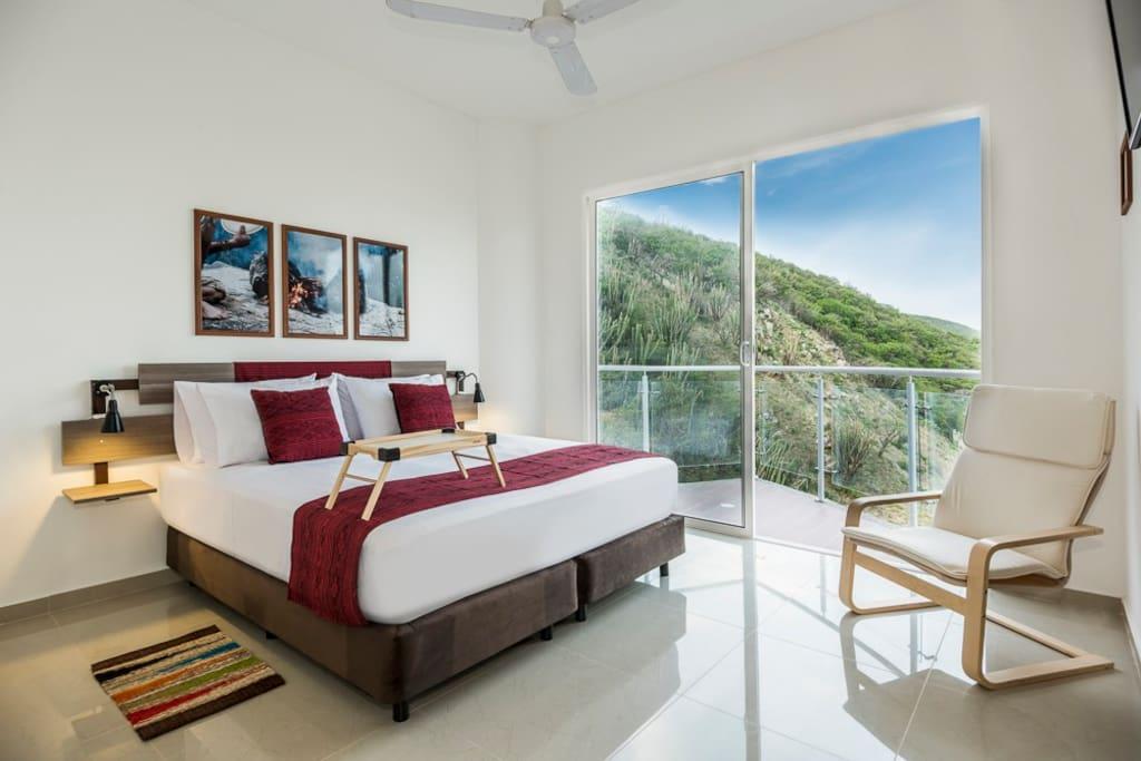 Habitación principal, con balcón y vista al mar.