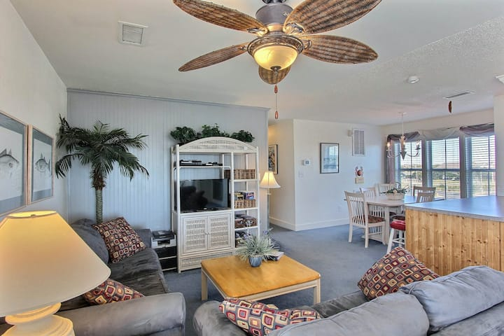2 bedroom condo w/ shared pool, AC, WiFi, ocean view