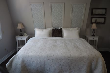 Mary St. BNB - King w Fire Place - Niagara-on-the-Lake