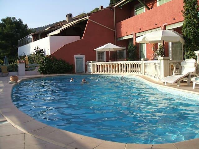 Confortable F2 avec accès direct piscine.