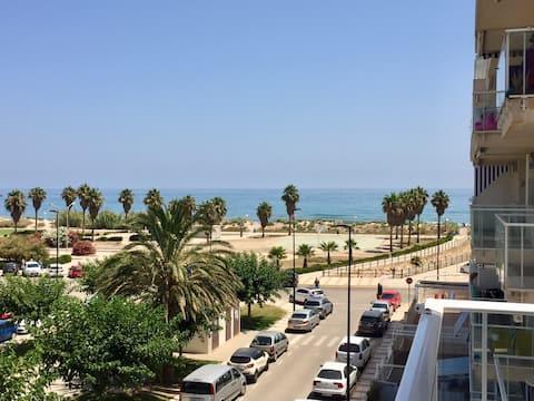 .Apartamento 1ª linea playa con piscina y parking