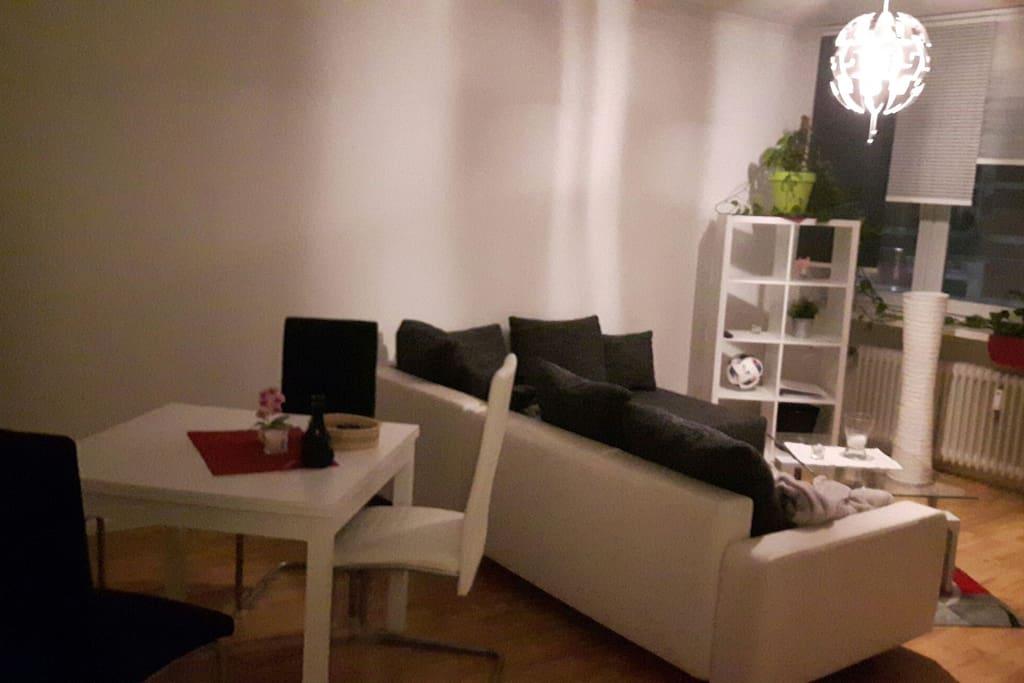 Wohnzimmer mit Esstisch und Couch