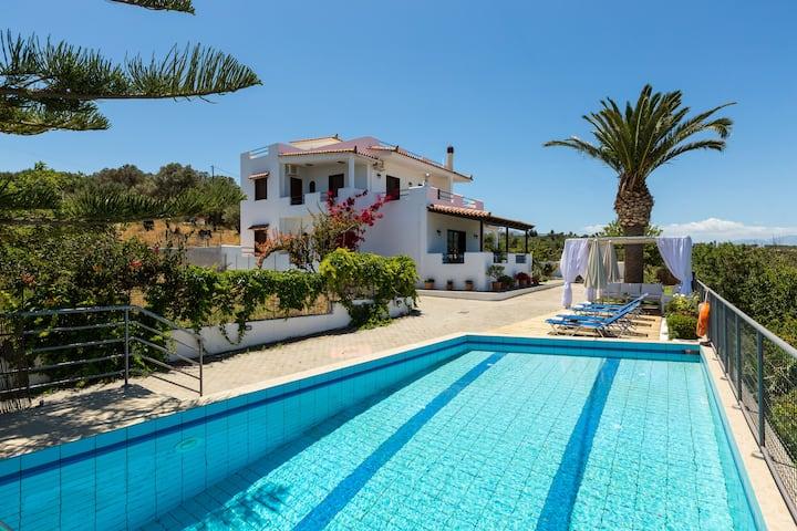 Villa Aetos - Walking distance to a sandy beach