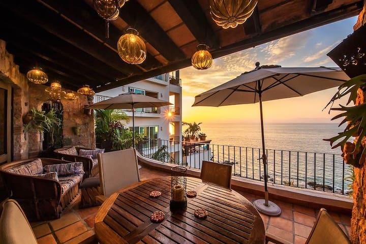 2 BR romantic PH with amazing views & beach access