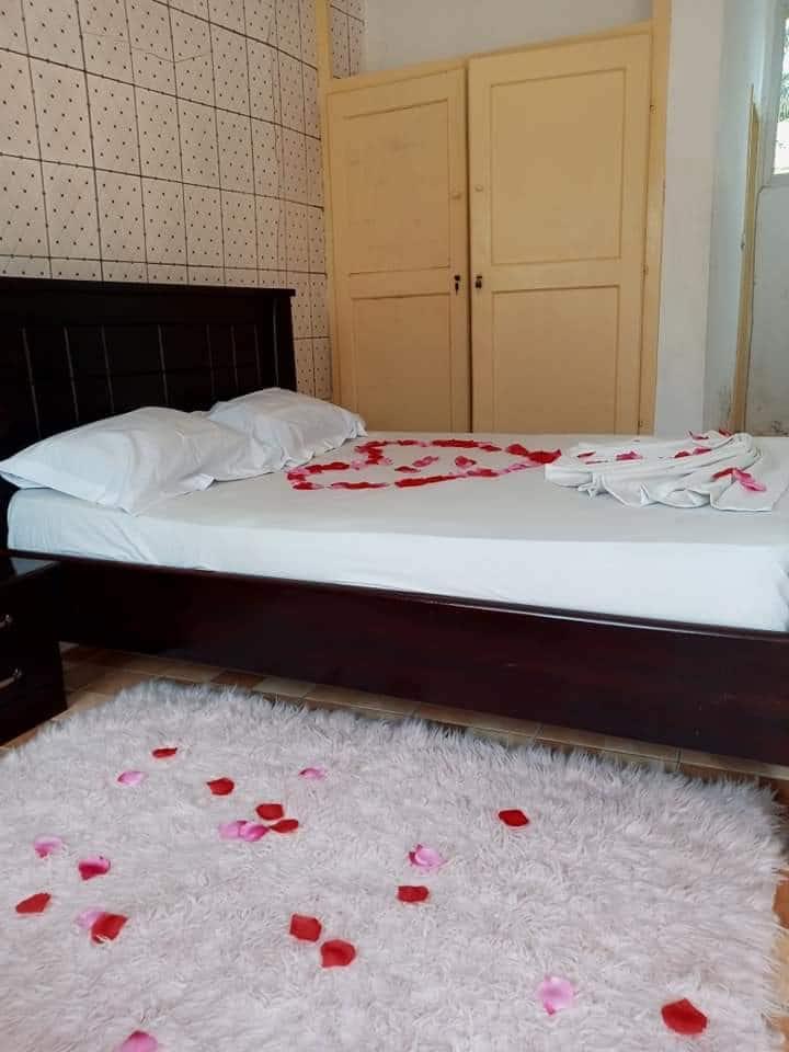 Logement meublée chambre cuisine douche.Douala
