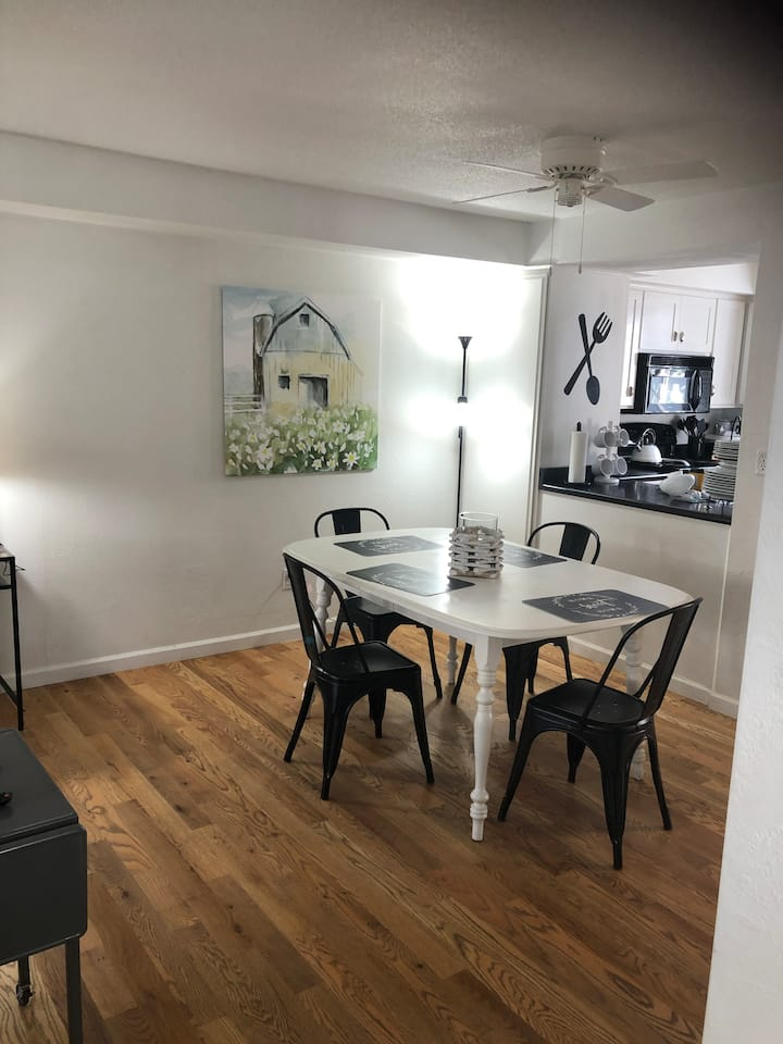 Modern Farmhouse extremely clean townhome 4 guests