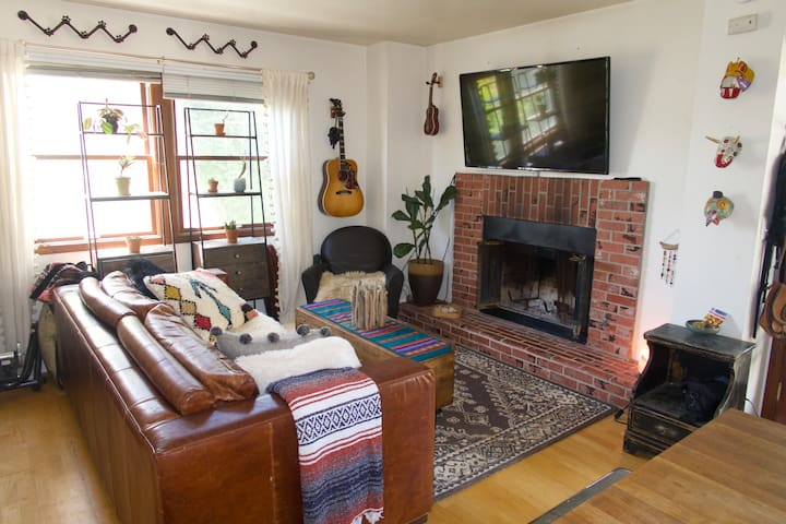 Cozy hip apt with gas fireplace in prime location!