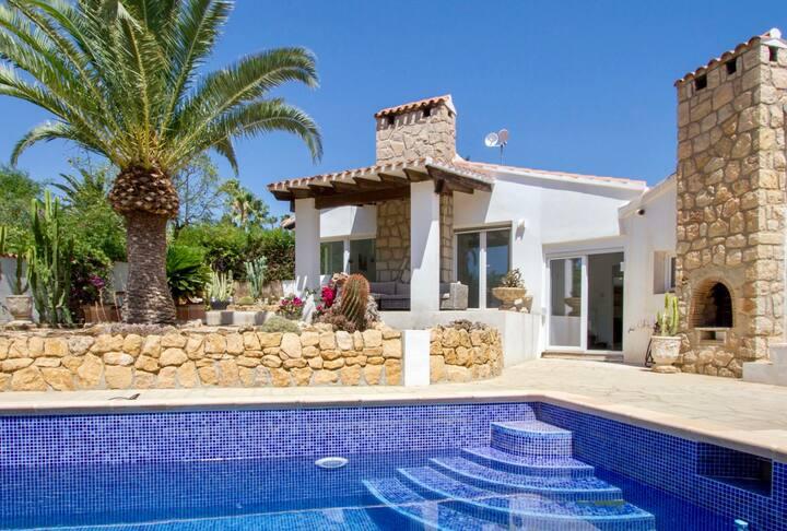 Romslig villa med privat basseng i rolig område