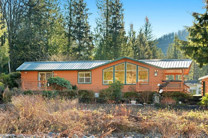 Prospector's Bend is Riverfront Luxury with Views, WiFi & Hot Tub, NOW 10% OFF