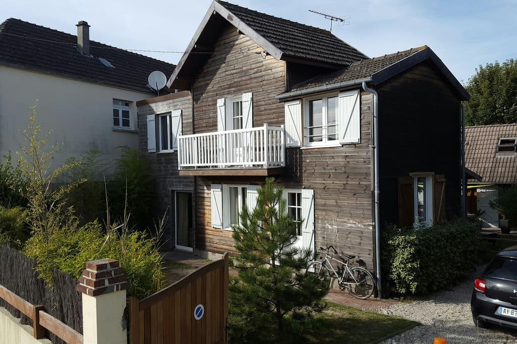 maison de charme en bois plein centre ville houses for rent in br hal normandie france. Black Bedroom Furniture Sets. Home Design Ideas