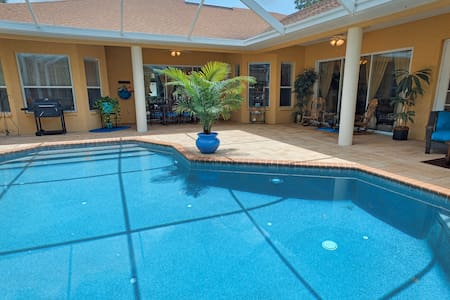 Sunshine & privacy! Pool/spa, 3767sq ft of luxury!