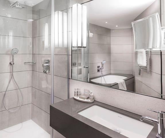 salle de bain chambre 1 - bathroom room 1 bathtub and shower