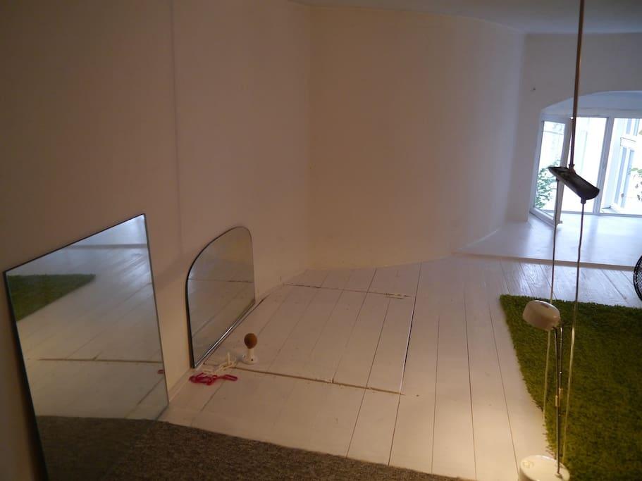 Blick auf die geschlossene Klappe zur Treppe hinunter in die Küche