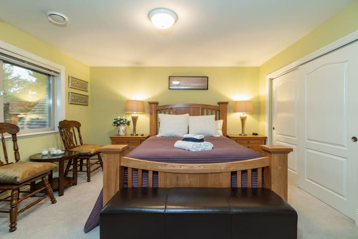 Pine Room with a queen-size bed has a nice view of the swimming pool, river bank and the mountain