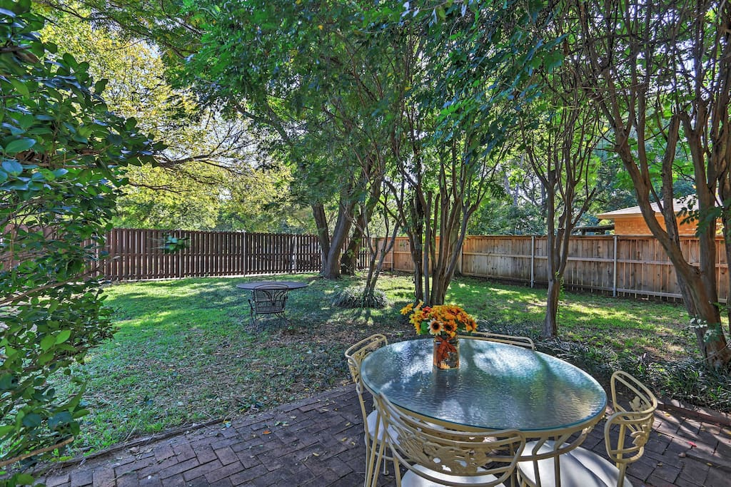 With a beautiful backyard and close proximity to Arlington's finest attractions, this 3-bedroom, 2-bathroom home promises a memorable retreat!
