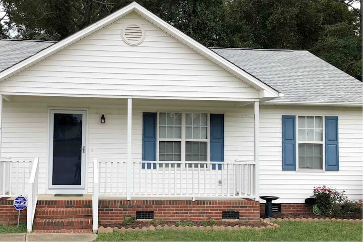 Private Home Downtown Fuquay- So Cozy!