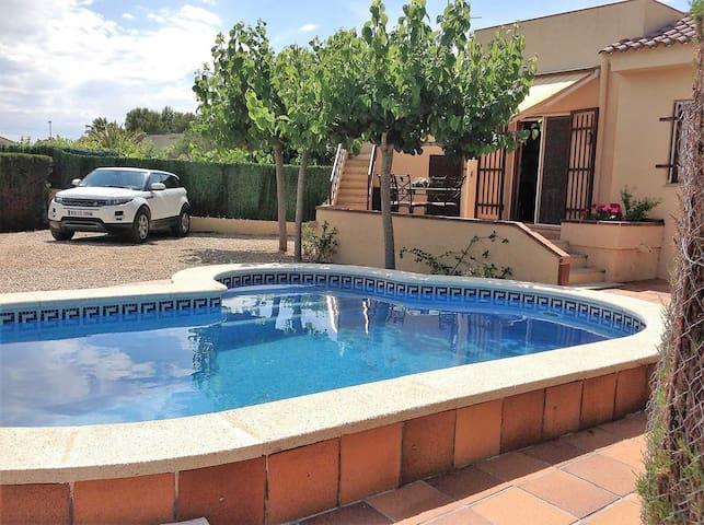 CASA PILAR,Ideal house for your holidays near the sea, free wifi, air conditioning, private pool, pets allowed, dog's beach.