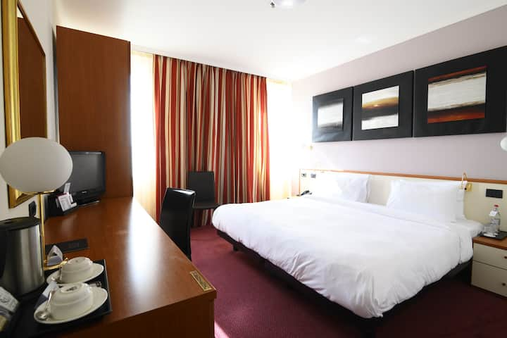 Hotel bedroom & smart working room in city center
