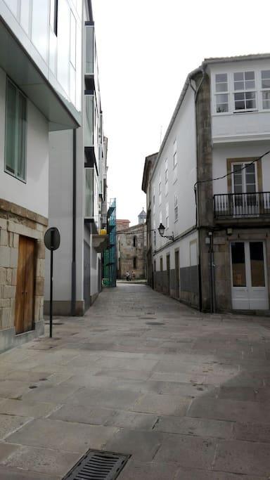 Calle Puerta de Aires, Colegiata al fondo