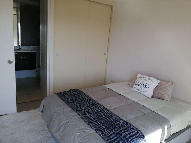 Habitación, cama doble incluye ropa de cama, baño completo smart tv,  baño privado incluye toallas y closet incluye colgadores y plancha