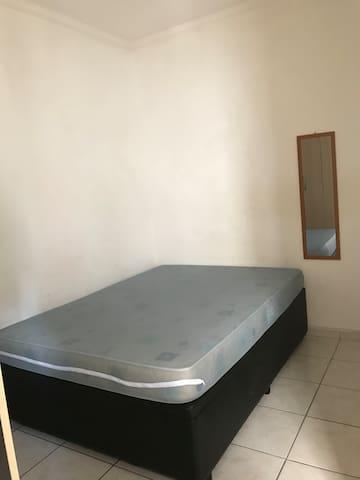 Quarto com cama de casal box, 2  travesseiros e guarda-roupa. Caso necessário, disponibilizo mais 1 colchão de solteiro e 1 travesseiro. Tomadas 110W.
