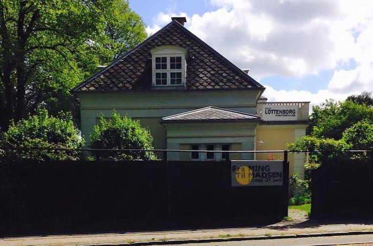 Charming gallery villa w. cosy terrasse and garden - Hellerup - Casa