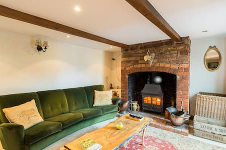 Cosy Cottage with Wood burner & Sunny decking
