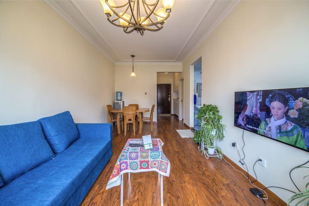 客厅的沙发可以拉出来,是1.8米的大床