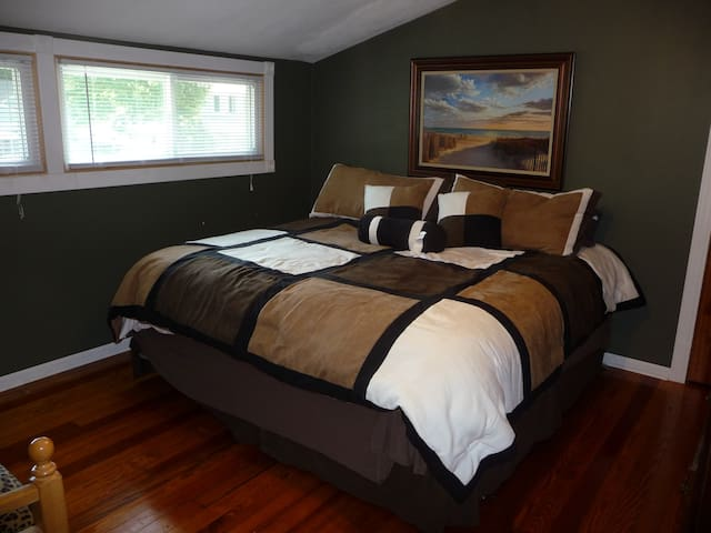 Upstairs bedroom with daybed