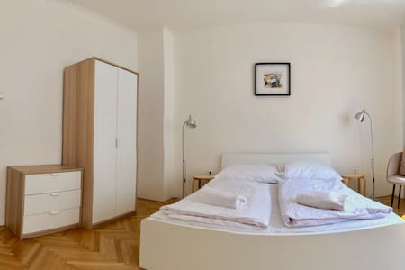 Private room for 2 in a great loc. by Charles Sq!