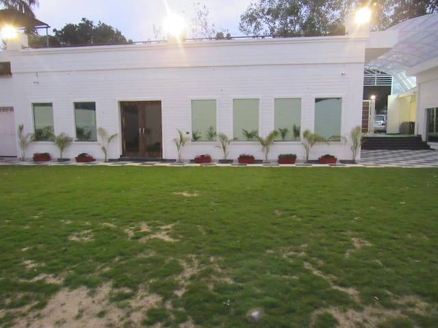 Luxury Rooms with Lawn