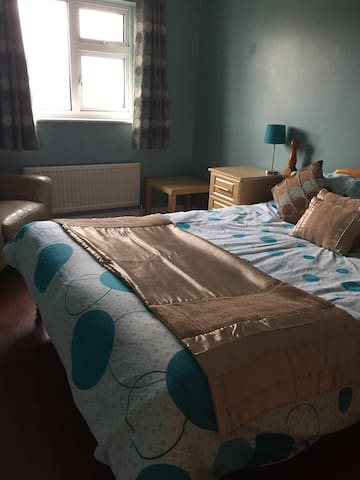 King size bed in detached house - Higham Ferrers
