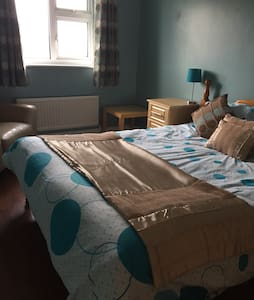 King size bed in detached house - Higham Ferrers - Haus