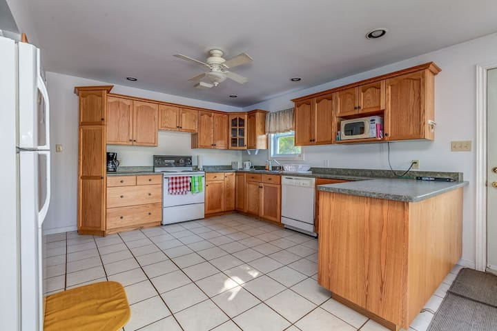 Large open concept kitchen perfect for entertaining. Includes dishwasher, kettle, coffee maker & coffee incl.