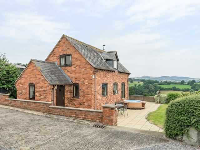 WAGGONERS COTTAGE, family friendly in Garthmyl, Ref 983918