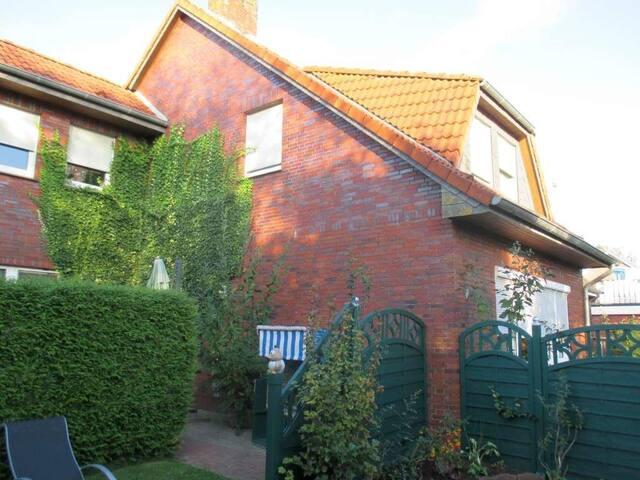 Luftkurort Werdum: Erdgeschoss-Ferienwohnung SMUTJE mit Terrasse und Garten