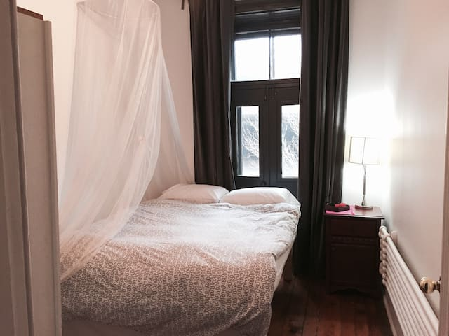 Cozy and lighted room near subway and Downtown - Montréal - Appartement