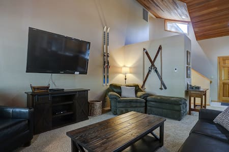 Fall Pricing! Gorgeous, A/C, Hot Tub, Fireplace