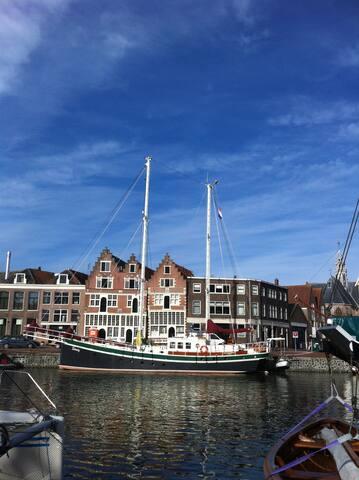 De historische haven van Hoorn is de thuishaven van charterschip Steady