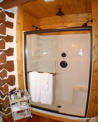 Elegant and Cozy Log Cabin at Riverview Manor - Hurt - Kisház
