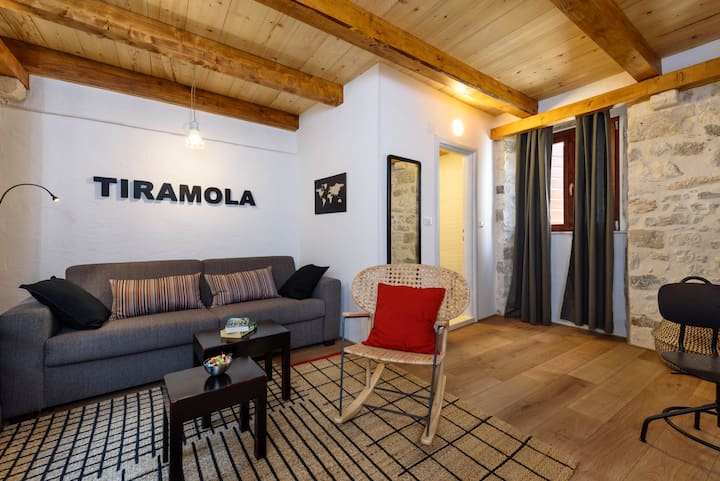 * Tiramola West Loft * Old Town * Free Parking *