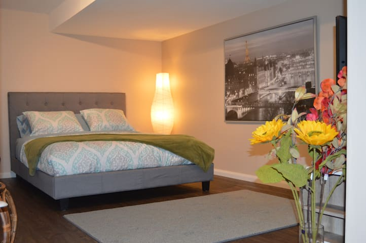 Peaceful Suite, w/★Parking★Queen Bed★Private Bath.