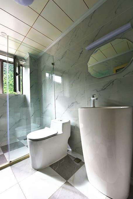 洗手间 ,简洁干爽,明亮温暖,可以看见对面的海子山和森林,以及蓝天,或者夜晚的星空