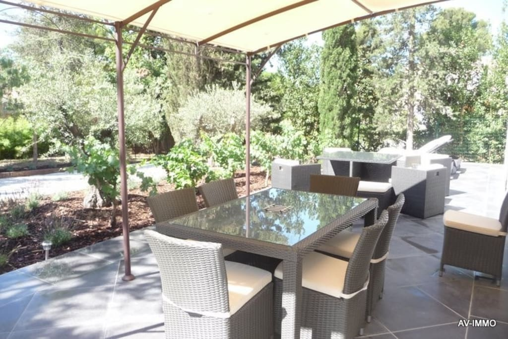 table, chaises, barbecue weber, chaises longues, parasol,