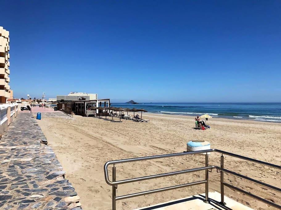 En la playa que hay junto al apartamento hay un chiringuito/restaurante