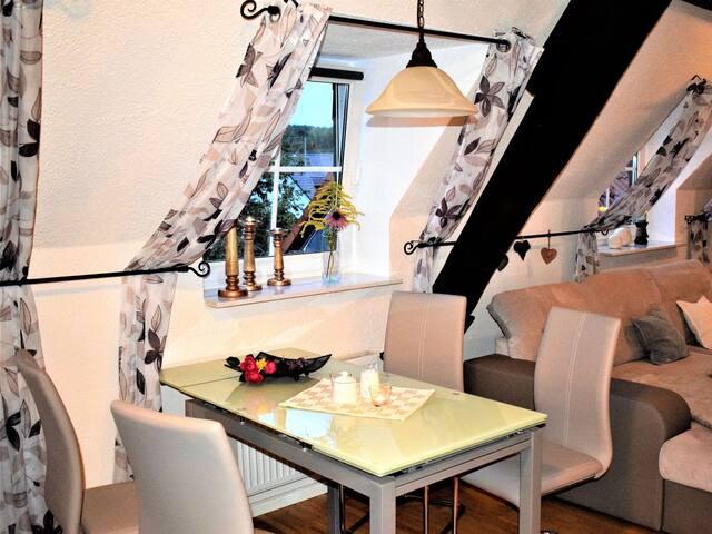 Essecke mit ausziehbarem Glastisch und Schwingstühlen biete genügend Platz zum Tafeln besondere Anlässen.