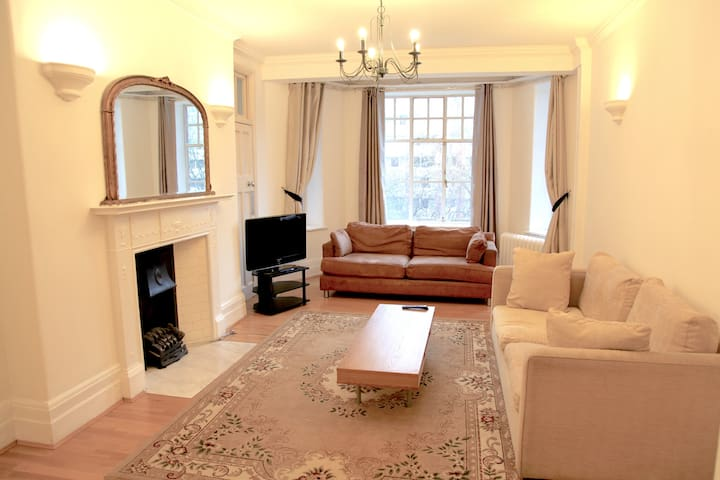 A large classic and bright apartment in Maida Vale