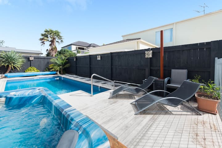 Large 3 Bed Family Home + Pool/Spa & Central
