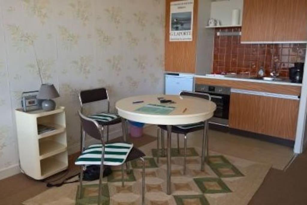 studio 30 m2 avec terrasse port haliguen quiberon appartements en r sidence louer quiberon. Black Bedroom Furniture Sets. Home Design Ideas