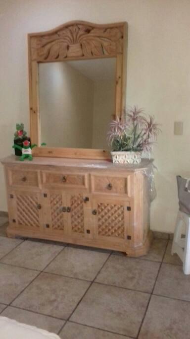 sus 2 recamaras cuentan con muebles totalmente nuevos tallados....